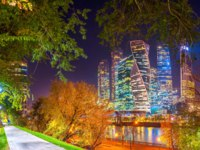 Россия. Москва-сити. Panorama of skyscrapers of a business center in Moscow from a park on the embankment of the Moskva River. Фото fotosaga - Depositphotos