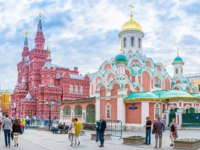 Colorful orthodox Cathedral of our Lady of Kazan and the State Historical Museum located next to the Red Square, Moscow. Фото efesenko-Depositphotos