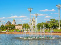 Россия. Москва. People are resting near the fountain on a summer day at VDNH in Moscow. Russia Moscow. Фото IrinaDance-Depositphotos