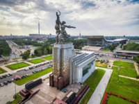 Россия. Москва. Выставочный комплекс ВДНХ. Aerial view of Moscow with famous soviet monument Worker and Kolkhoz Woman (Worker and Collective Farmer)