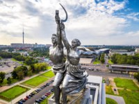 Россия. Москва. Выставочный комплекс ВДНХ. Aerial view of Moscow with famous soviet monument Worker and Kolkhoz Woman. Made of stainless steel in 1937