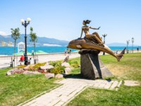 Россия. Новороссийск. Statue Girl on Dolphin in Novorossiysk city. Фото ekaterina.kriminskaya@gmail.com - Depositphotos