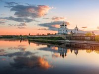 Россия. Панорама псковского кремля. Morning landscape of Pskov Kremlin and beautiful reflection of clouds in the river. Фото yulenochekk - Depositphotos