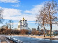 Россия. Панорама псковского кремля. View of the Kremlin Trinity Cathedral in Pskov from a park off the banks of the Pskov River. Фото yulenochekk - Depositphotos