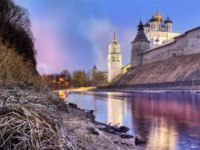 Россия. Панорама псковского кремля. View of the Pskov Kremlin with a reflection in the Pskova River on the eve of the New Year. Фото yulenochekk - Depositphotos