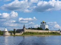 Россия. Панорама псковского кремля. View of Pskov Krom from the Bank of the Velikaya river, a fine summer day. Фото oroch2 - Depositphotos