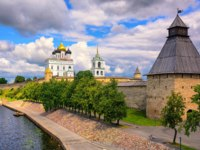 Россия. Псковский кремль. The watch tower, the walls and golden dome of Trinity Church in Pskov Kremlin on Velikaya river, Pskov, Russia. Фото Xantana - Depositphotos
