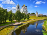 Россия. Псковский кремль. The watch tower, the walls and golden dome of Trinity Church in Pskov Kremlin reflecting in a river, Pskov. Фото Xantana - Depositphotos