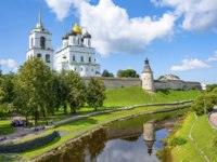 Россия. Псковский кремль. View from the Trinity bridge to the Kremlin and the Park in the Pskov river valley, summer Sunny day Pskov. Фото oroch2 - Depositphotos