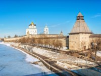 Россия. Псковский кремль. Trinity Cathedral with a bell tower and the Vlasyevsky Tower of the Pskov Kremlin on a sunny winter day. Фото yulenochekk - Depositphotos