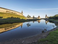 Россия. Панорама псковского кремля. The City Of Pskov. Russia. Pskov Kremlin from the side of the Pskova river at sunrise. Фото sachkov - Depositphotos
