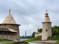 Россия. Башни псковского кремля. Towers of Pskov Krom and the Roundabout city at the mouth of the Pskov river, Pskov, Russia. Фото oroch2 - Depositphotos