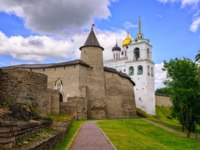 Россия. Башни псковского кремля. The Pskov Kremlin with surrounding walls and Trinity Church, Pskov, Russia. Фото Xantana - Depositphotos