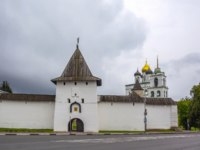 Россия. Башни псковского кремля. Pskov, Rybnitskaya tower of the Pskov Kremlin. Фото oroch2 - Depositphotos