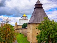 Россия. Башни псковского кремля. The watch tower, the walls and golden dome of Trinity Church in Pskov Kremlin, Pskov, Russia. Фото Xantana - Depositphotos