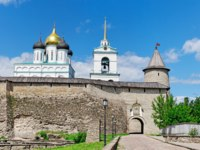 Россия. Псковский кремль. Entrance to Pskov Kremlin (Krom) at sunny summer day. Фото Igor-SPb - Depositphotos