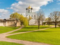 Россия. Псковский кремль. View of Holy Trinity Cathedral in the Pskov Krom or Pskov Kremlin in the central part of the city, Russia. Фото elesi - Depositphotos