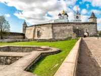 Россия. Псков. Довмонтов город. View of Holy Trinity Cathedral in the Pskov Krom or Pskov Kremlin, Russia. Фото elesi - Depositphotoss