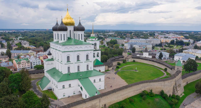 Россия. Псковский кремль. Троицкий собор. Aerial panorama view of Pskov Kremlin and Trinity Cathedral church, Russia. Фото druii - Depositphotos