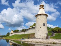 Псков. Окольный город. Pskov, the wall of the Roundabout city with High and Varlamov towers on the Bank of the Velikaya river, Pskov. Фото oroch2 - Depositphotos