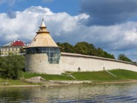 Псков. Окольный город. Pskov, Varlamova corner tower of the Roundabout city on the banks of the Velikaya river, recently restored. Фото oroch2 - Depositphotos