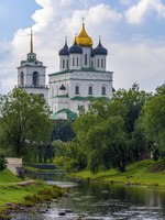 Россия. Псковский кремль. Троицкий собор. Pskov, view of the Trinity Cathedral from the Pedestrian bridge over the Pskova river. Фото oroch2 - Depositphotos