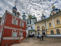 Свято-Успенский Псково-Печерский монастырь. Uspenskaya square with Sacristy, Uspensky cathedral in the Pskovo-Pechersky Dormition Monastery. Фото Igor-SPb
