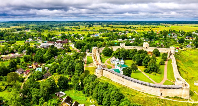 Россия. Псков. Изборск. Aerial view of the Izborsk Fortress in Pskov Oblast of Russia. Фото Leonid_Andronov - Depositphotoss