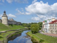 Россия. Архитектура Пскова. Pskov, a promenade along the fortress wall on the Bank of the Pskova river, a popular place for walking. Фото oroch2 - Depositphotos