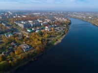 Россия. Архитектура Пскова. The Velikaya River in modern Pskov on a sunny October day (aerial photography). Russia. Фото sikaraha - Depositphotos