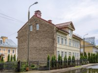 Россия. Архитектура Пскова. Pskov, an old wooden apartment building on the street Voivodes Shuisky. Фото oroch2 - Depositphotos