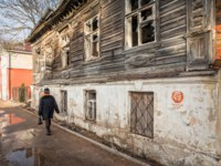 Россия. Архитектура Пскова. Ruined wooden house on the street in Pskov. Фото yulenochekk - Depositphotos