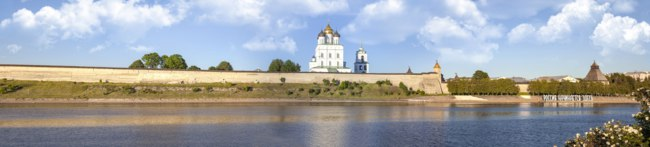 Россия. Панорама Псковского Кремля. Pskov Krom (Kremlin) on the Velikaya River. City landscape. Фото ppl1958 - Depositphotos