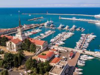Россия. Панорама Сочи. The black sea coast of Russia, the city of Sochi, seaport, yachts and ships at the pier. Фото IvanVislov - Depositphotos