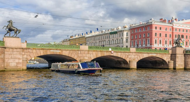 Клуб Павла Аксенова. Россия. Санкт-Петербург. Река Фонтанка. Аничков мост. River Fontanka. Anichkov Bridge in St. Petersburg. Фото deb-37-Depositphotos