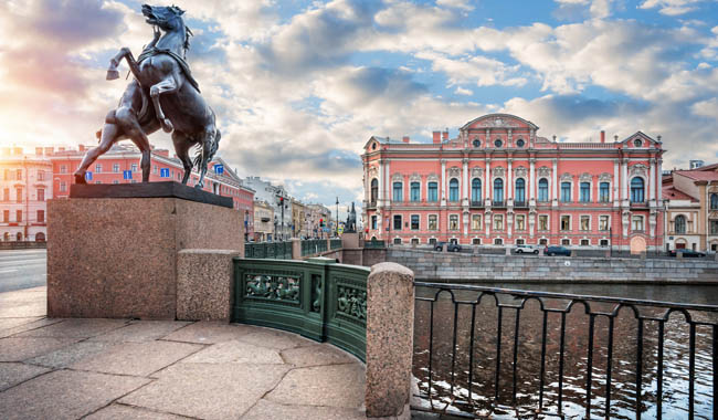Клуб Павла Аксенова. Россия. Санкт-Петербург. Аничков мост. Кони Клодта. Klod's horses on Anichkov bridge, St Petersburg. Фото yulenochekk-Depositphot
