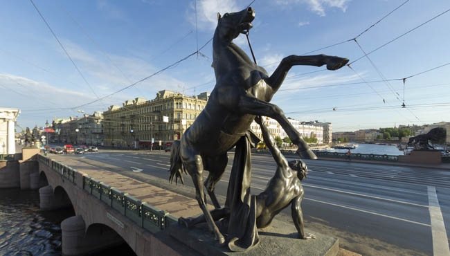 Клуб Павла Аксенова. Россия. Санкт-Петербург. Аничков мост. Кони Клодта. Klod's horses on Anichkov bridge, St Petersburg, Russia. Фото Antartis-Depositphot