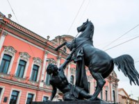 Клуб Павла Аксенова. Россия. Санкт-Петербург. Аничков мост. Кони Клодта. Klod's horses on Anichkov bridge, St Petersburg, Russia. Фото Y_Oskanov-Deposit