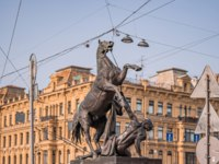 Россия. Санкт-Петербург. Аничков мост. Figures of the klodt horses on Anichkov bridge in st. Petersburg on a summer sunny day. Фото chillside - Depositphotos