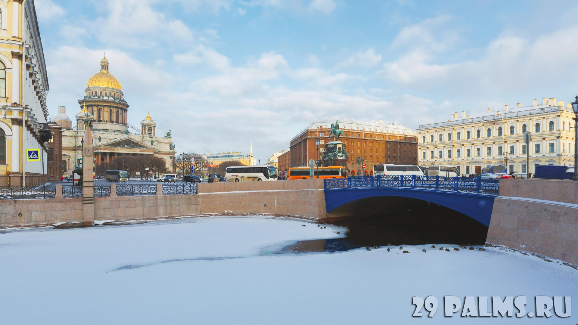 Россия. Санкт-Петербург. Синий мост через Мойку. Early morning at winter Saint Petersburg. View from Moika embankment to St Isaac's Square, Blue bridge and hotels
