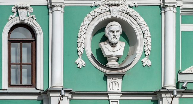 Санкт-Петербург. Bust of Russian Composer Mikhail Glinka on the building of the Tovstonogov Bolshoi Drama Theater on The Fontanka River. Фото Igor-SPb-Deposit