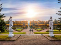 Россия. Санкт-Петербург. Царское село (Пушкин). Екатерининский парк. Two statues in the Palace Park of Tsarskoe Selo. Фото yulenochekk - Depositphotos