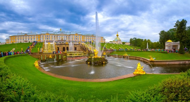 Россия. Санкт-Петербург. Петергоф. Фонтан Самсон. Park of the Peterhof. The main alley of Peterhof with fountains of Samson. Фото GrinPhoto - Depositphotos