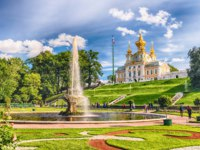 Россия. Санкт-Петербург. Петергоф. Фонтаны Чаши в Нижнем парке. Peterhof Lower park and fountains, Saint Petersburg, Russia. Фото marcorubino - Depositphotos
