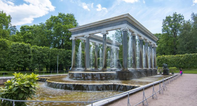 Петергоф. Львиный каскад в Нижнем парке. Lion Cascade Fountain Lower Park. Peterhof. Saint Petersburg. Russia. Фото mistervlad - Depositphotos
