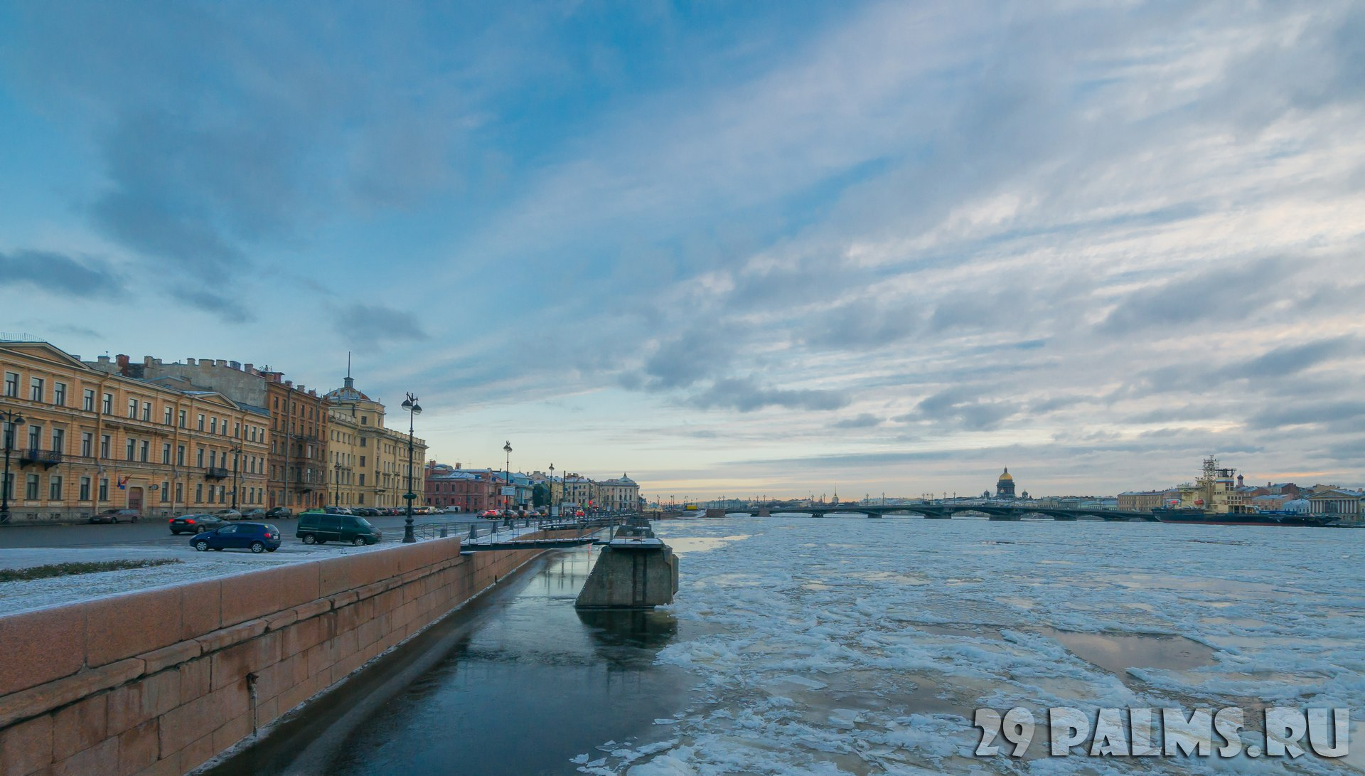 Санкт-Петербург. Набережная лейтенанта Шмидта. A view of the Annunciation bridge with pier St. Petersburg naval base at the Lieutenant Schmidt embankment