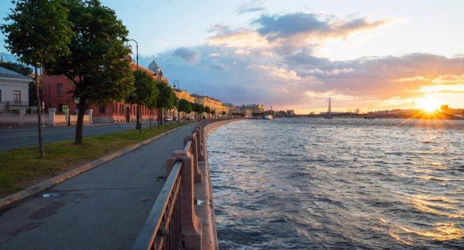 Санкт-Петербург. Набережная Макарова. Makarova embankment, in the evening with the bright sun on the horizon . St-Petersburg.Фото amarinchenko-Deposit