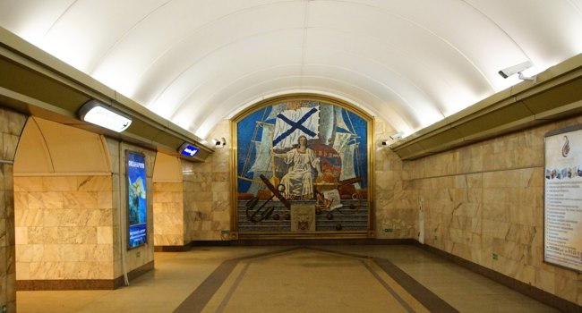 Петербургский метрополитен. Станция Адмиралтейская. Fragment of the interior of the Admiralteiskaya metro station. Фото avgyst23.gmail.com - Depositphotos