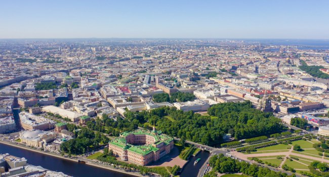 Россия. Санкт-Петербург. Михайловский замок и сад. Panoramic aerial view of the city center of St. Petersburg in clear sunny weather. Фото MaykovNikita-Depositphoto