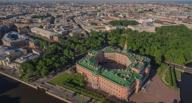 Россия. Санкт-Петербург. Михайловский замок и сад. Aerial view of Mikhailovsky castle in Saint-Petersburg, Russia. Фото a_medvedkov - Depositphotos